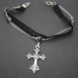 Croix gothique et dentelle noire